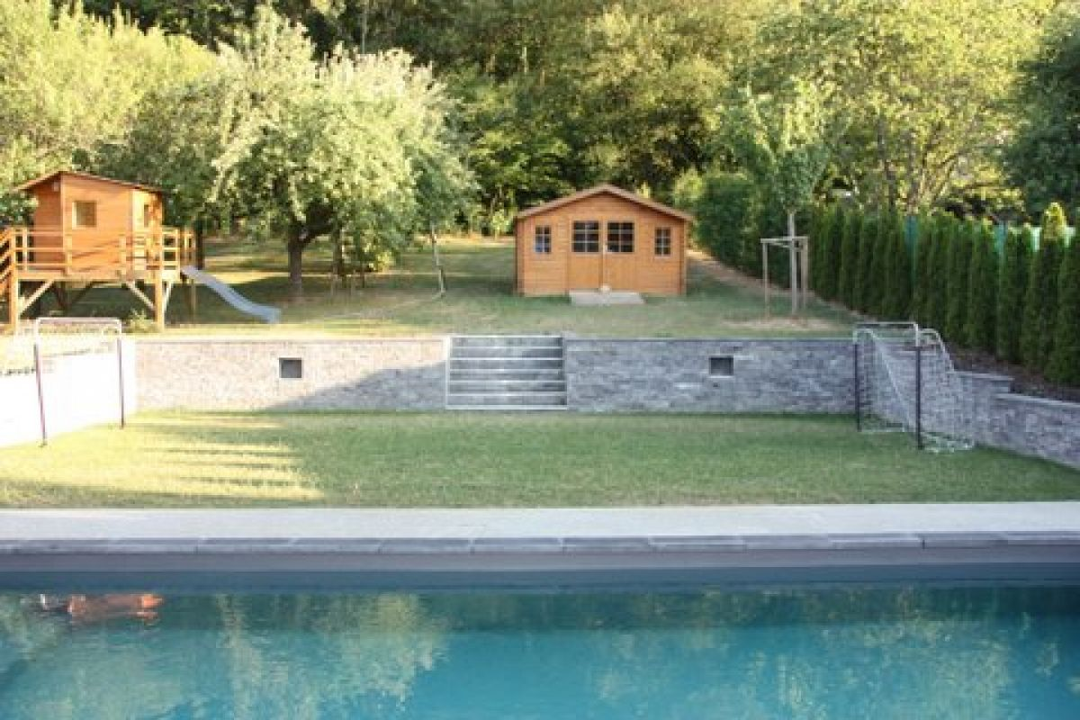 Am nagement d une piscine et d un jardin contemporain roquefort la pictures to pin on pinterest for Amenagement piscine